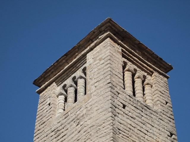 detalle de torre San Pedro de Lárrede